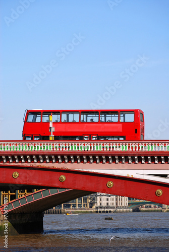 In de dag Londen rode bus Red double decker bus on Blackfriars bridge in London