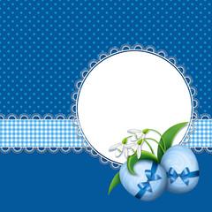 синий фон с пасхальными яйцами и цветами