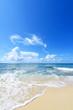 白い波とさわやかな空