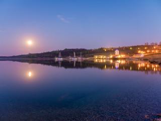 Mondaufgang über dem Geiseltalsee in Sachsen-Anhalt