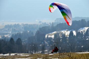Paragleiter beim Landeanflug
