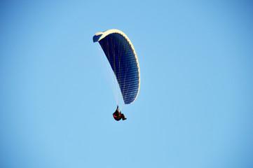 Fliegender Paragleiter