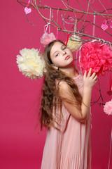 Девочка среди бумажных шариков цветов весеннее настроение