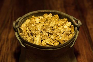 Goldschatz in einem Kupferkessel