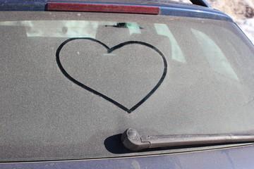 Autowäsche: Herz im Schmutz auf einer Autoscheibe
