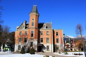 Das historische Rathaus von Schladming vor blauem Himmel