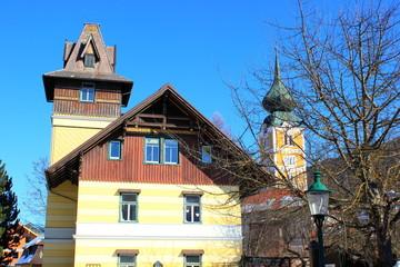 Historische Villa und Kirchturm im Stadtzentrum von Schladming