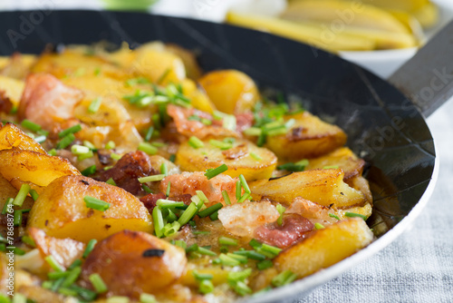 Leinwanddruck Bild Bauernfrühstück in Eisenpfanne 3