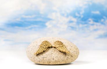 Stein mit goldenen Engelsflügeln: Hintergrund Trauer & Wünsche
