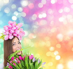 Frau mit bunten Blumen auf dem Kopf