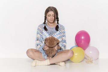 Mädchen mit Teddybär und Luftballon