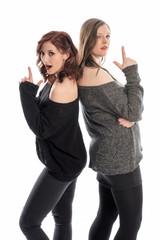 Zwei Mädchen duellieren sich