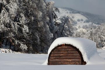 Rimessa di montagna ricoperta di neve