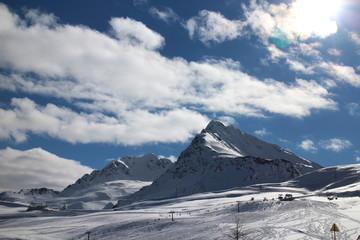 Wolken ziehen über verschneiten Berg