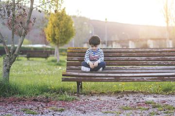 niño sentado en el parque