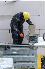 Maurer mauert auf Baustelle