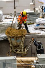 Bauarbeiter lassen Kies ab