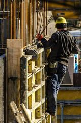 Bauarbeiter arbeitet an Verschalung