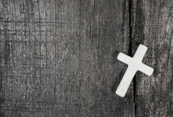 Weißes Kreuz auf Holz Hintergrund als Kondolenz Karte