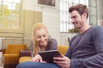 modernes junges paar mit tablet