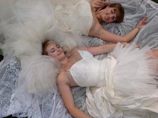 две невесты лежат на траве
