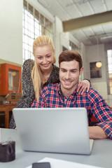junges paar informiert sich im internet