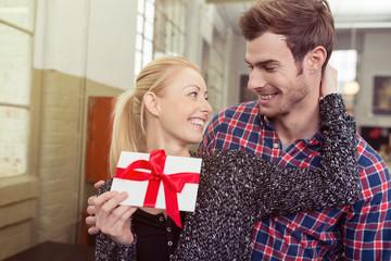verliebtes paar mit einem geschenk-gutschein