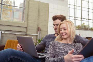 modernes paar entspannt auf dem sofa mit laptop