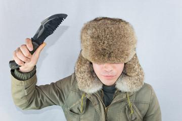 ナイフを振り上げる男性