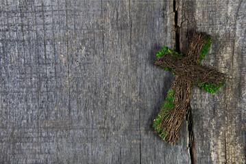 Handgemachtes Kreuz auf Holz Hintergrund als Trauerkarte