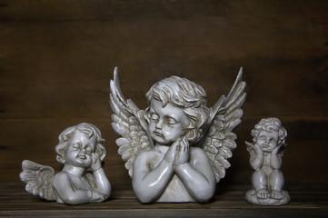 Drei trauernde oder traurige Engel als Dekoration