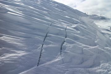 Risse im Schnee - Schneebrett