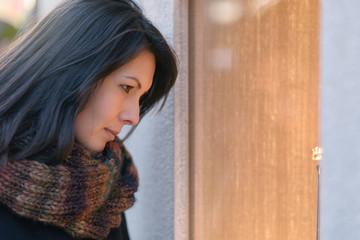 Frau betrachtet ein Schaufenster