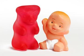 baby mit gummibär