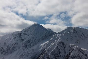 Wetter über verschneiten Bergen klart auf