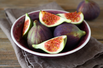 Fresh figs in a bowl on napkin