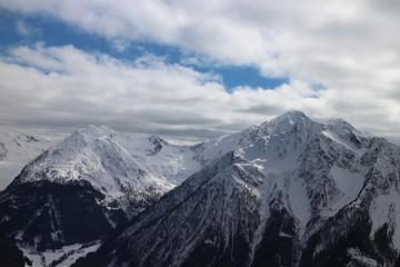 blauer Himmel über Gebirge zeigt sich