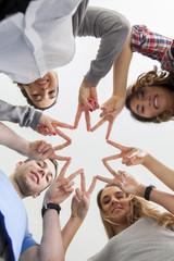 Junge Leute bilden einen Stern