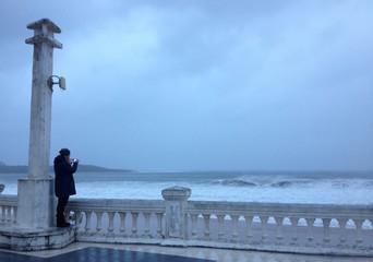 Chica fotografiando la tormenta