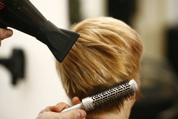 Drying the hair with a brush in the salon