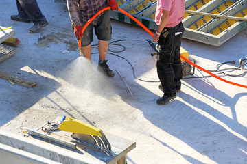 Bauarbeiter mit Sprühnebel