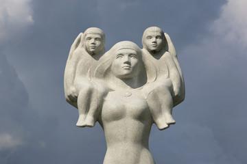 Statue von Mutter mit Kindern (3)
