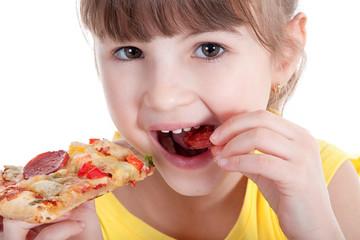 Kleines Mädchen isst ein Stück Salami Pizza