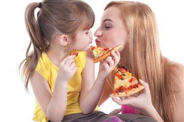 Geschwister essen Salami Pizza und haben sich lieb