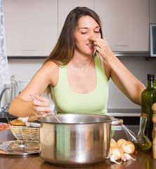 Woman feel bad smell from pan