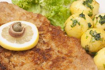 Wiener Schnitzel mit Petersilienkartoffeln und grünem Salat