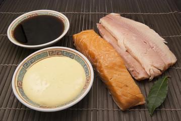 Geräucherter Fisch mit Sojasauce und Mayonnaise