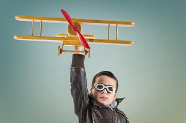 Junge mit Flugzeug