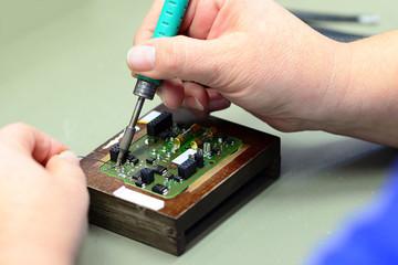 Löten von elektronischen Bauteilen in der Fabrik
