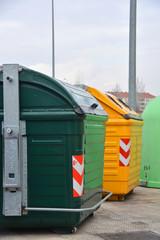 contenedores de basura en la calle